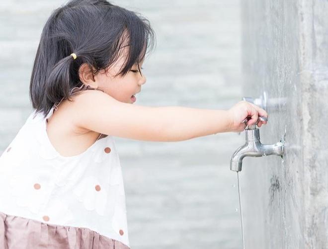 Làm như thế nào để giáo dục trẻ biết tiết kiệm nước ?