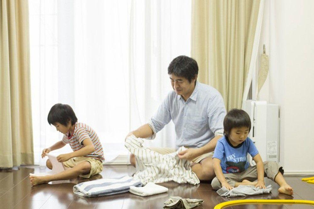 Dạy con phụ giúp mẹ công việc nhà