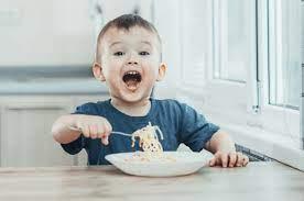 Hãy dạy con 4 tuổi học cách tự xúc ăn